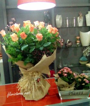 Ramo de rosas con tela de saco