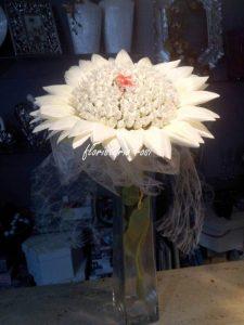 Flor con alfileres de novia