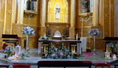 Iglesia de Zarandona con rosas azules